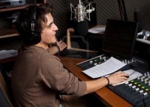 locutor-de-radio-joven-con-micr-fono-y-auriculares