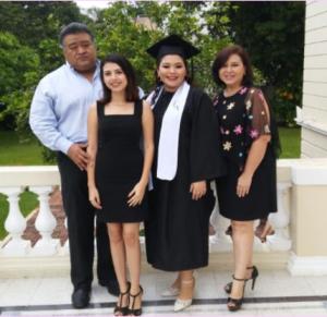 Con su familia en la graduación de la mayor de sus hijas