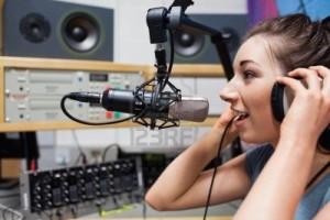 11184450-locutor-de-radio-joven-hablando-a-traves-de-un-microfono